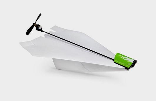 需要的就是一个普通折叠的纸飞机,将螺旋桨套件放上去发动,然后飞起