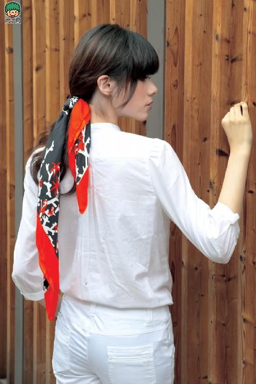 大方丝巾的系法图解 多种用途可以作围胸哦!