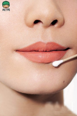 唇妆步骤step4最后用干净的棉签将唇形略微修整整齐,使唇部印象