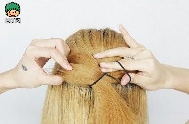 用夹子固定蝴蝶结的一边,把蝴蝶结大翅膀内侧头发和头上原有的发夹