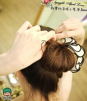 可爱发饰中发发型扎法图解