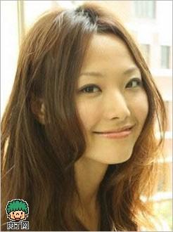 刘海发型图片——卷卷的长发 适合的脸型:鹅蛋脸,圆脸,长脸,倒三角脸图片