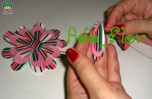 立体布花制作4,处理好所有花瓣,然后最后缝成一朵小花.