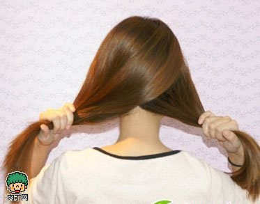 韩式编发图解教程step1:将长发总共划分为2个部分,左边的头发尽量要