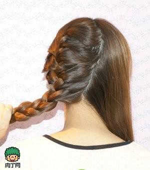 韩式编发图解教程step2:将左边部分较多的头发扎成一个蜈蚣辫