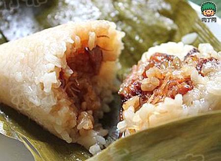 包粽子步骤:取2片泡好的粽叶,折成斗状,填进糯米绿豆瓣,把馅料夹在