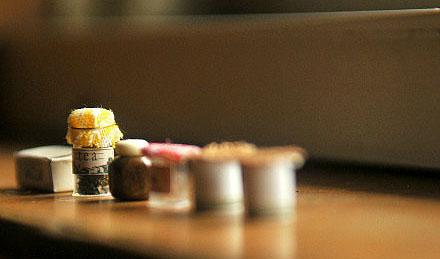 用旧的小瓶罐制作的一组迷你餐具模型组图