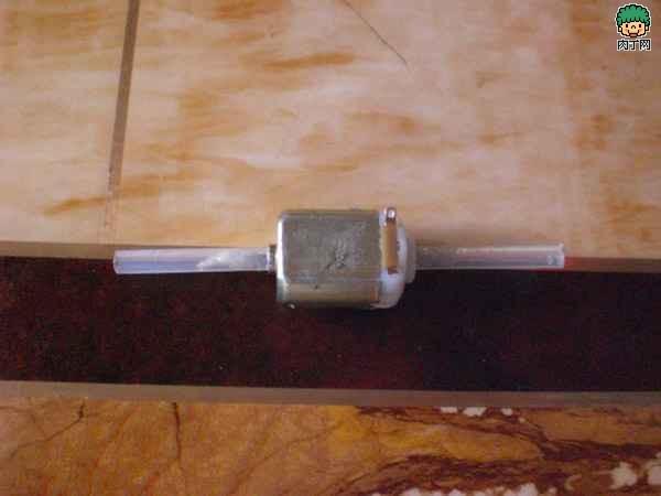 利用餐盒制作简易电动明轮船的方法图解-封存
