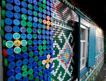 用饮料瓶盖DIY的创意墙面装饰作品欣赏