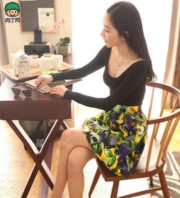 黑色低领T恤+印花半身裙
