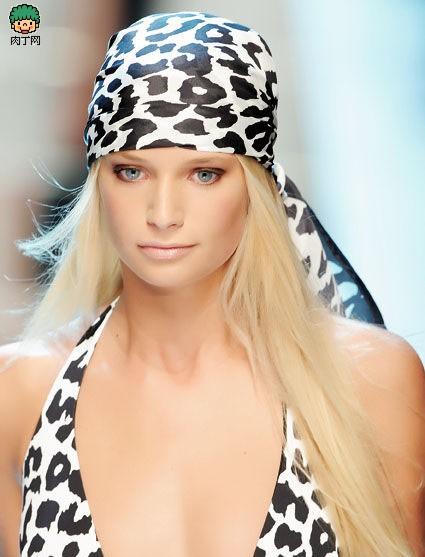 夏日发型添个性 丝巾围出新造型